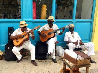 Músicos callejeros cerca de Plaza de Armas