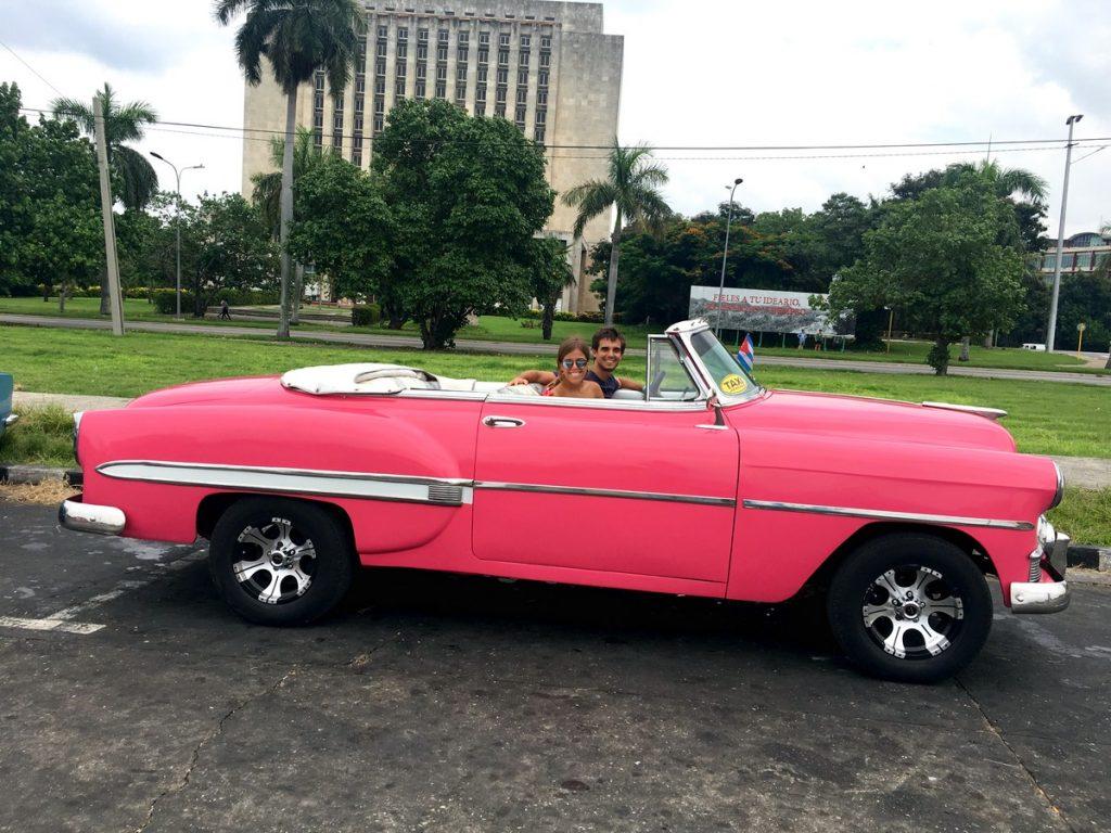 Con nuestro cochazo clásico por La Habana